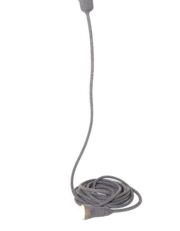Un canapé gris accompagné d'une suspension tendance
