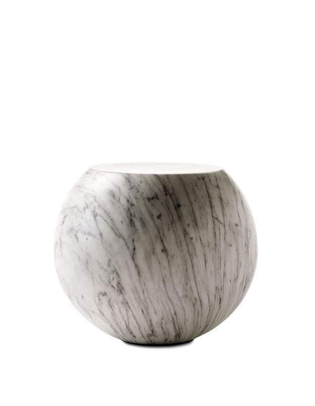 Un canapé gris accompagné d'une table basse esprit marbre
