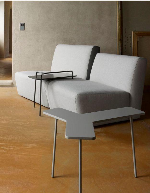 Une canapé gris accompagné d'un bout de canapé aux lignes géométriques
