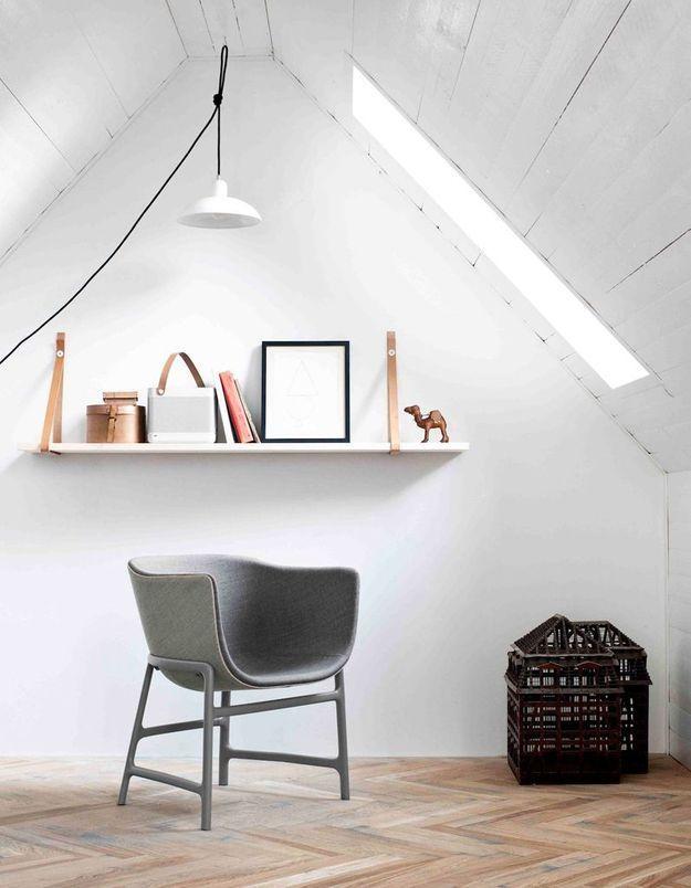 Une canapé gris accompagné d'un fauteuil gris