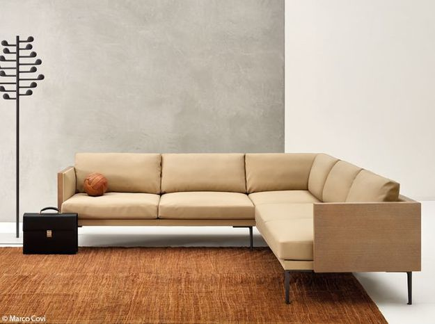 Un canapé d'angle en cuir clair