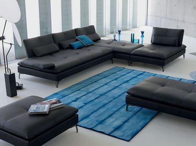 Un canapé d'angle en cuir noir