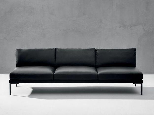 Un canapé droit en cuir noir
