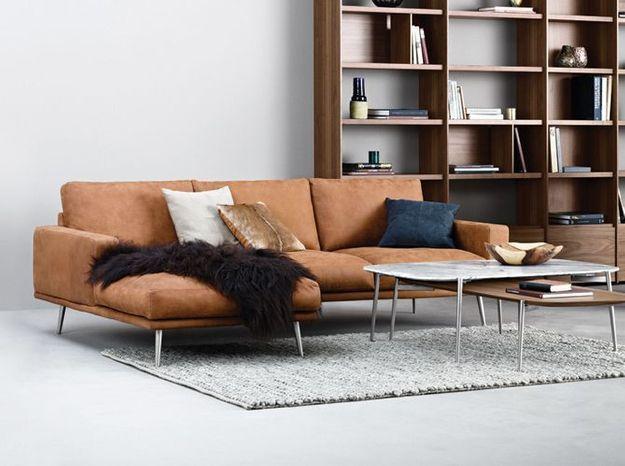 Un canapé en cuir avec chaise longue