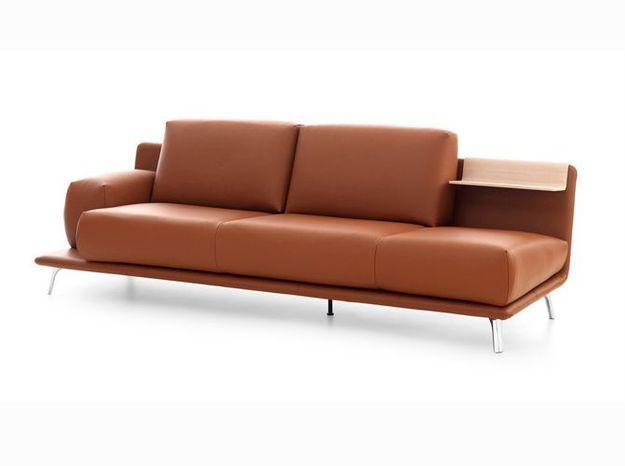 Un canapé en cuir design avec plateau suspendu en bois