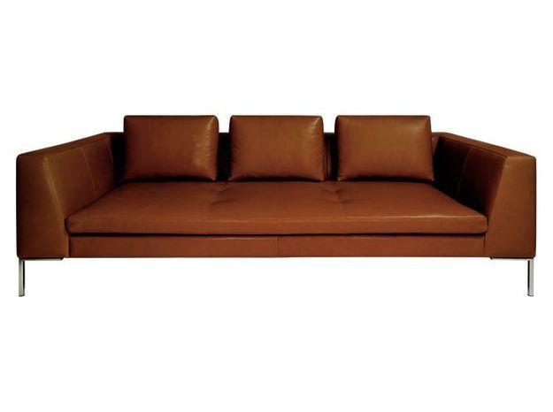 Un grand canapé en cuir profond