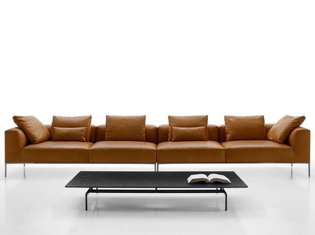 Un immense canapé en cuir minimaliste