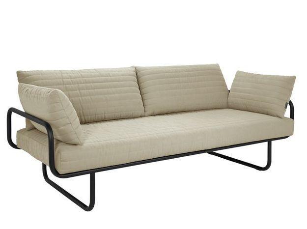 Un canapé design avec piètement en métal tubulaire