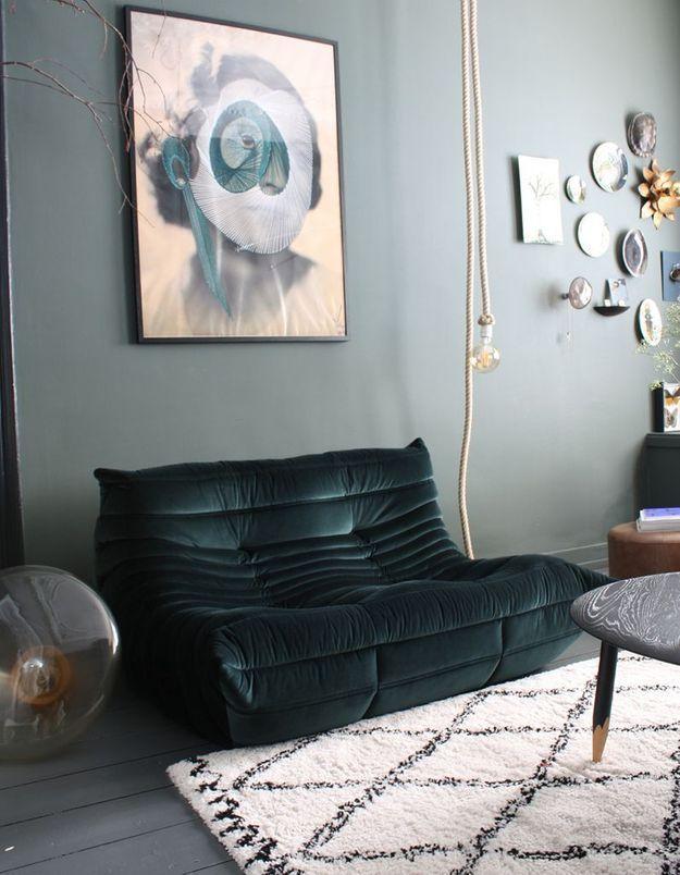 Le canapé Togo vert émeraude mêlé à mur vert de gris