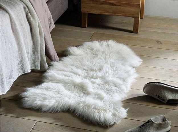Un tapis en peau de mouton pour une atmosphère chaleureuse