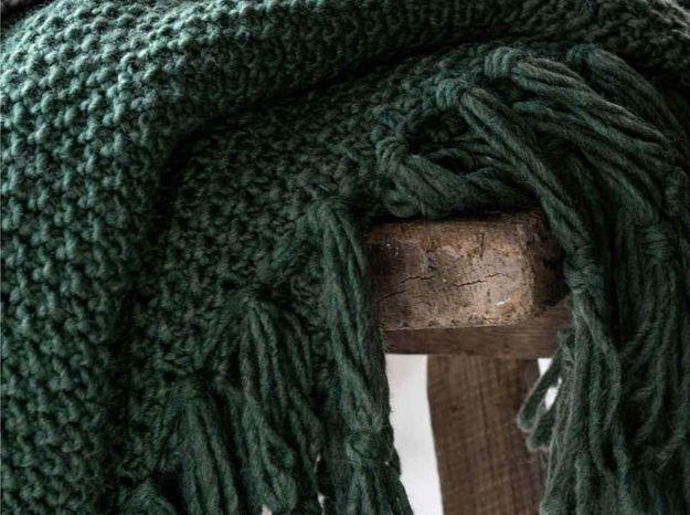 Un plaid en tricot vert forêt
