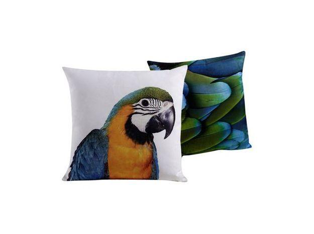 Des coussins tête et plumage de perroquets pour un style animalier