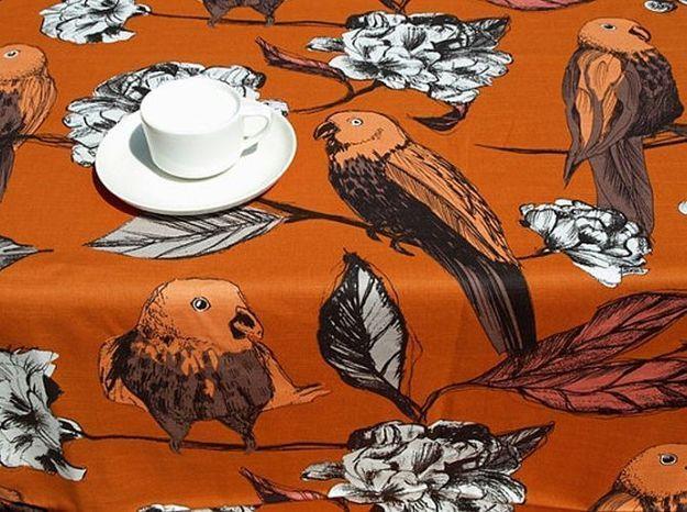 Une nappe romantique avec fleurs et perroquets