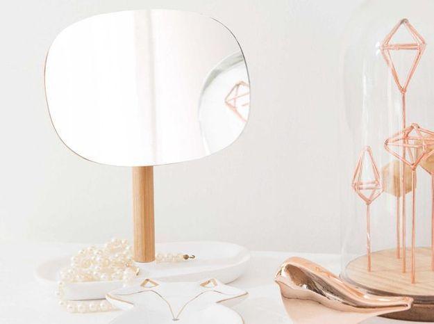 Un miroir range-bijoux