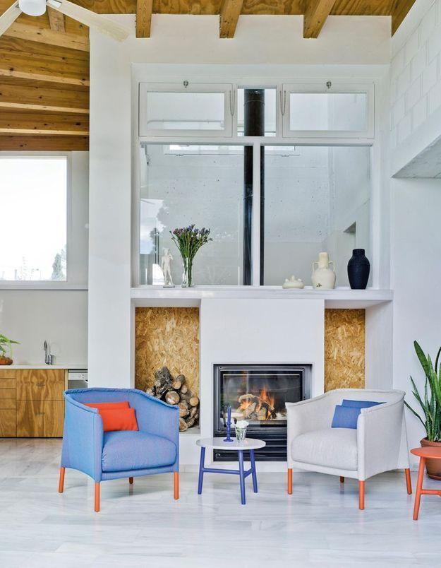 Un salon blanc réveillé par un fauteuil coloré
