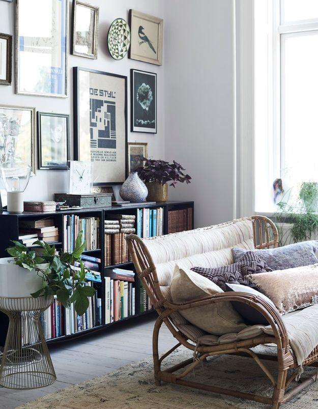 Adoptez la banquette en rotin recouverte d'un futon pour un salon cocooning