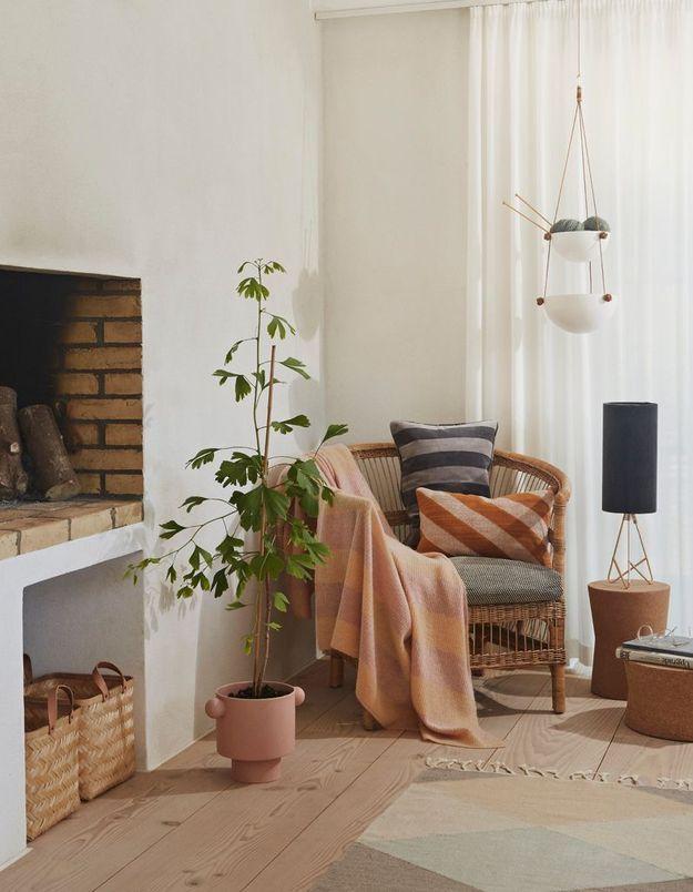 Créez un coin lecture cosy près de la cheminée pour un salon cocooning