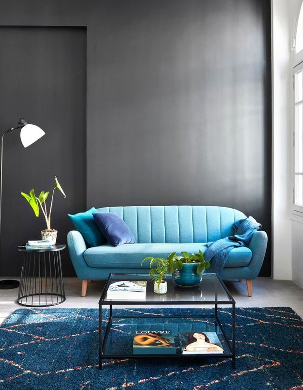 Créez un effet intimiste grâce au mur foncé pour un salon cocooning