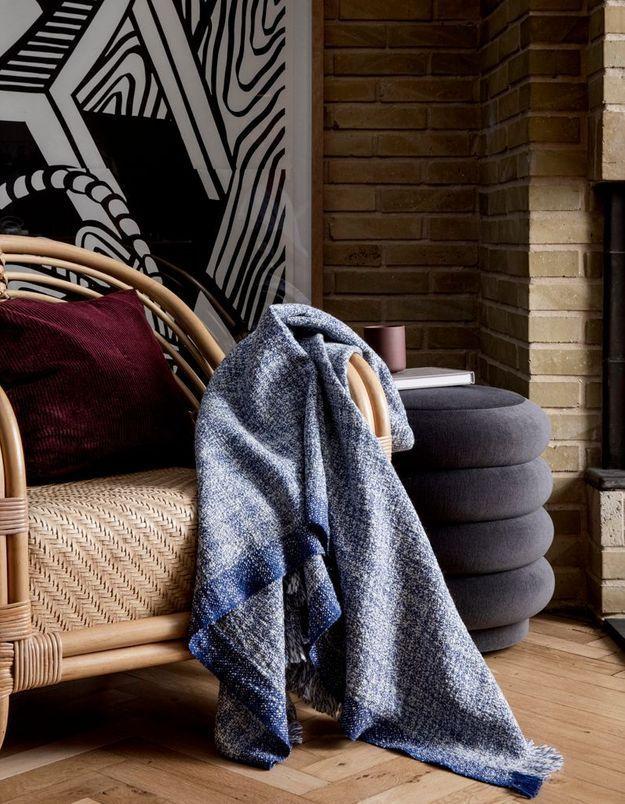 Privilégiez les matières et matériaux chauds (laine, velours, rotin) pour un salon cocooning