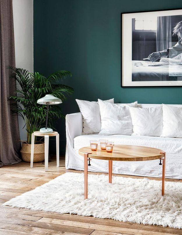 Un salon coloré bleu et blanc