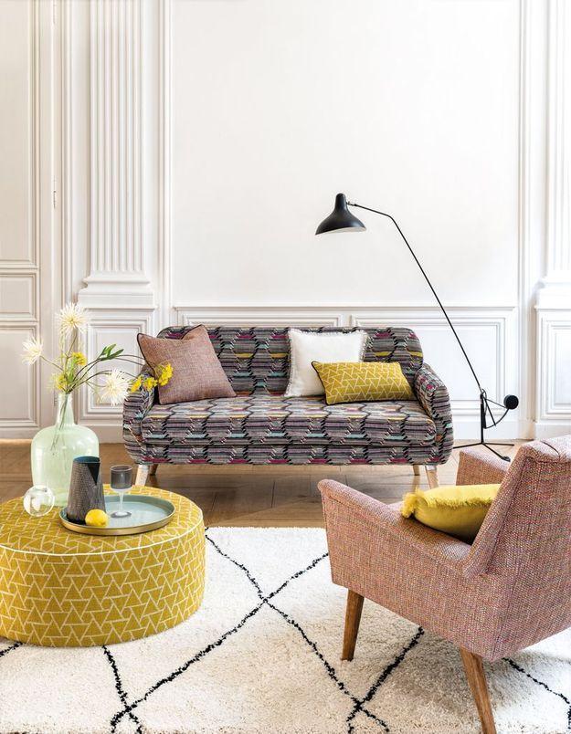 Un salon coloré jaune et à motifs