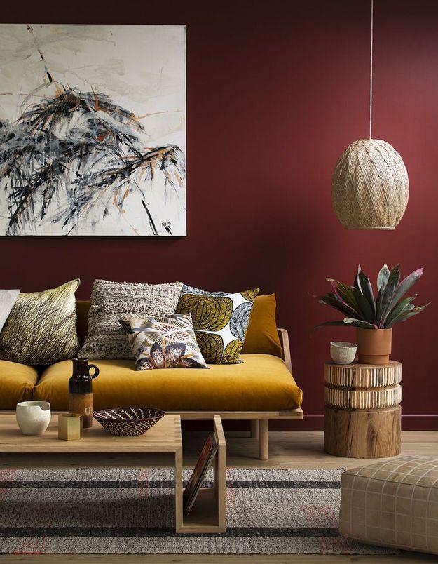 Un salon coloré marsala et jaune
