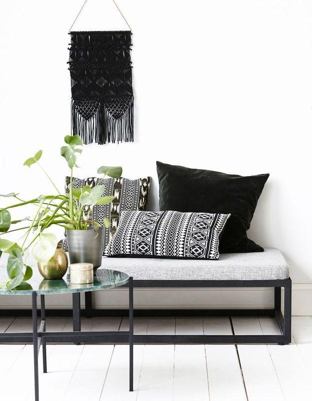Un salon noir et blanc scandinave
