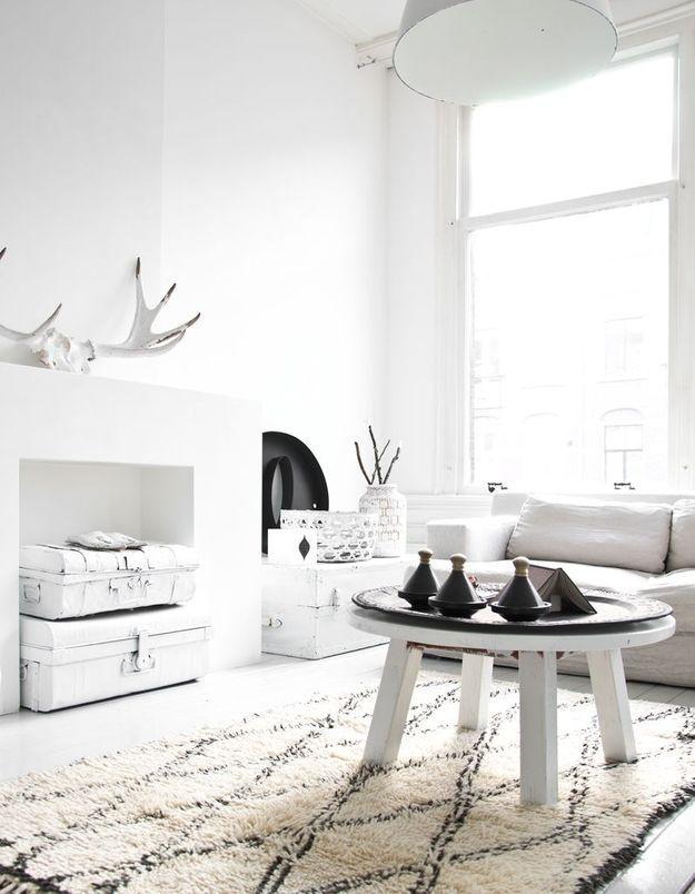 Un salon noir et blanc très immaculé