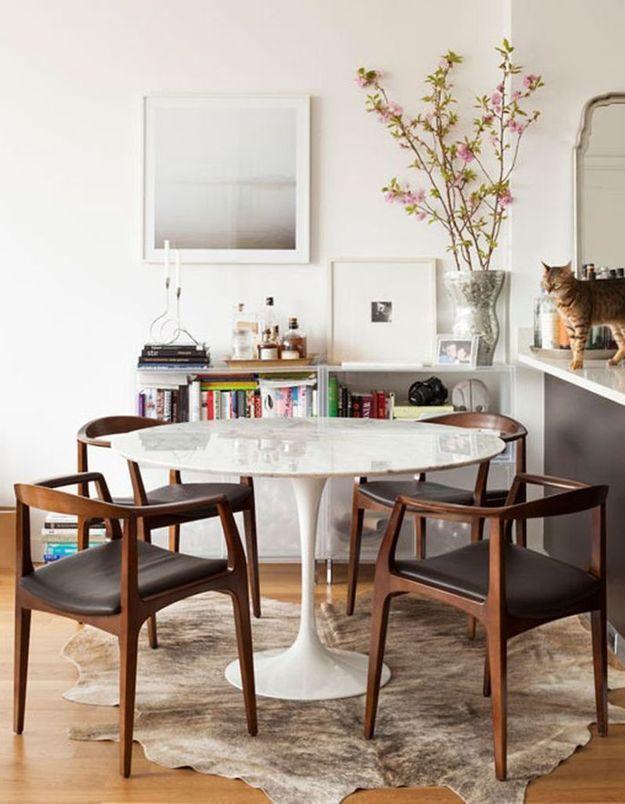 La table Tulipe mêlée à des chaises aux lignes angulaires