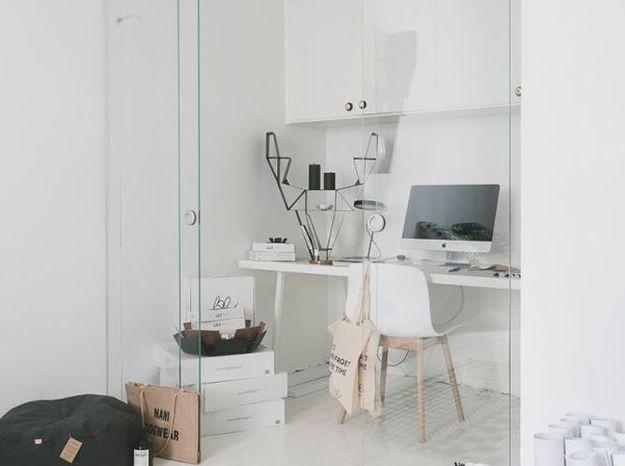 Une cloison coulissante pour créer un coin bureau