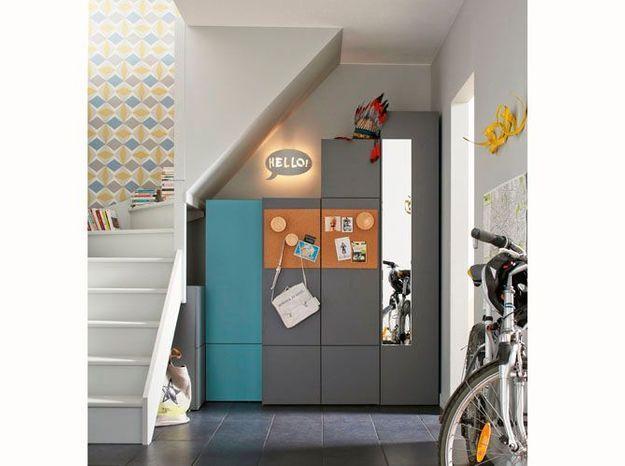 Des armoires de tailles différentes sous l'escalier