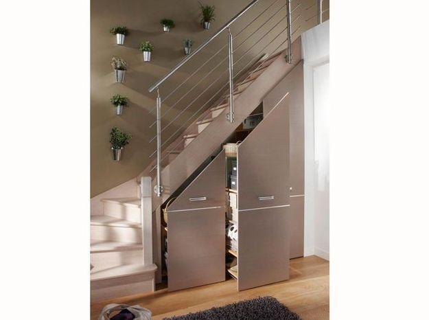 Des placards coulissants sous l'escalier