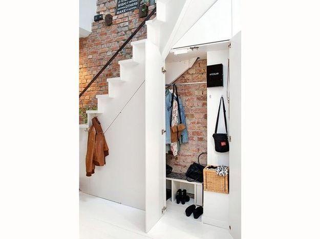 Un dressing sous l'escalier