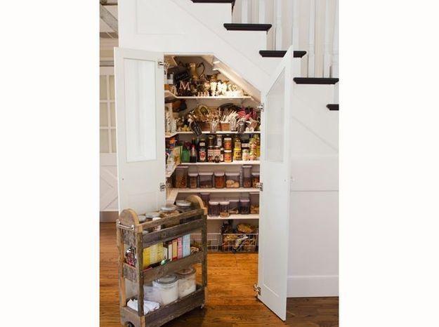 Un garde-manger sous l'escalier