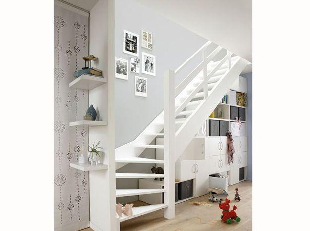 """Un rangement """"en escalier"""" sous l'escalier"""