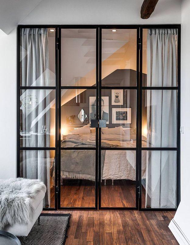 Une double porte vitrée accompagnée de rideaux