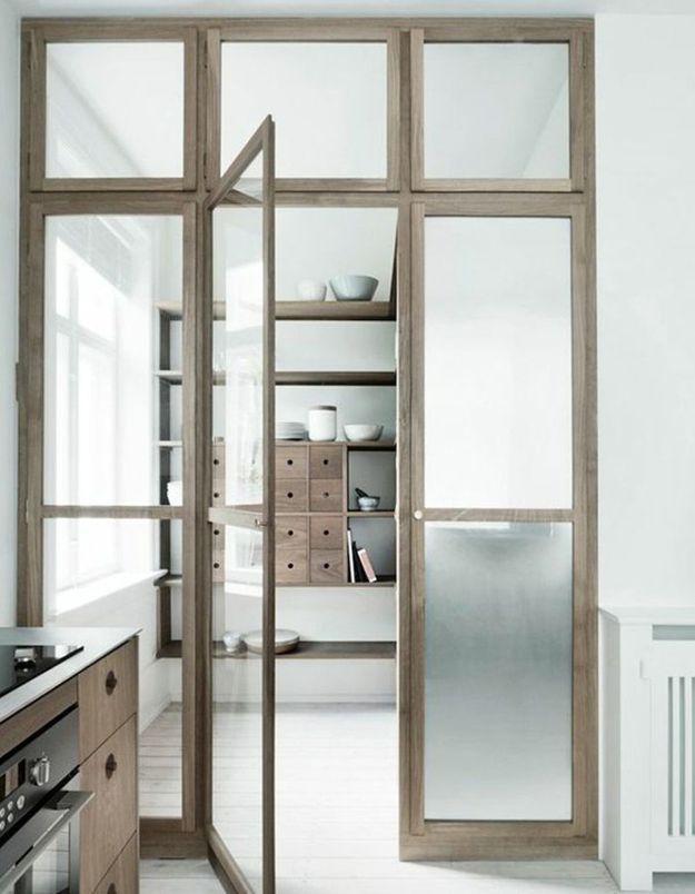 Une porte vitrée de style scandinave