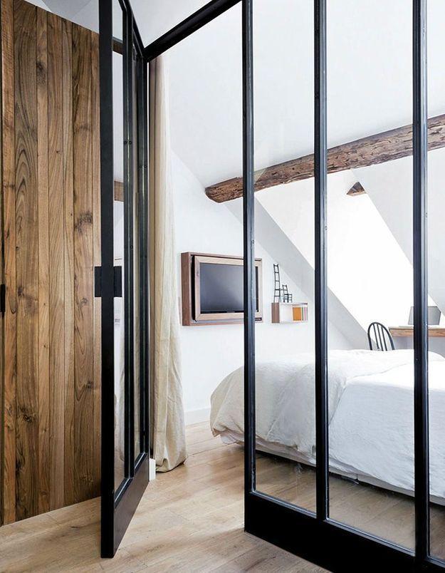 Une porte vitrée du sol au plafond