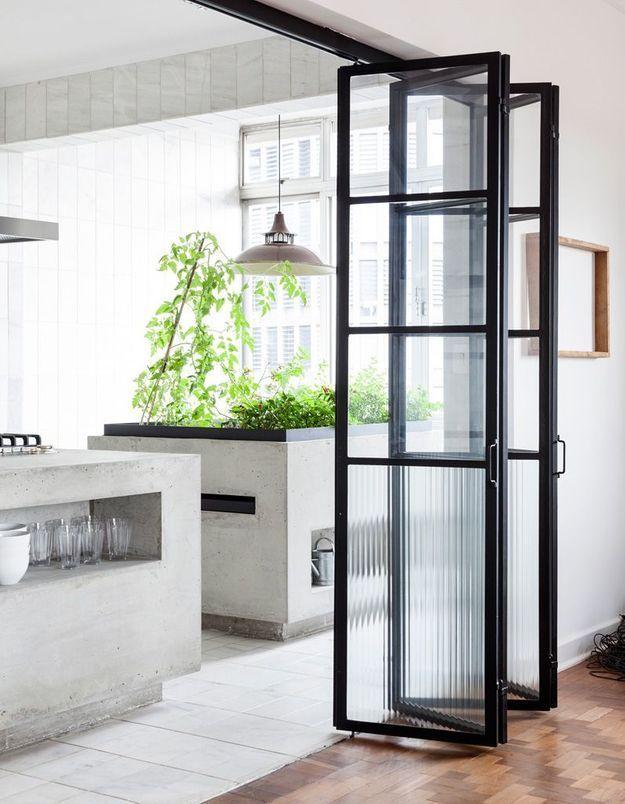 Une porte vitrée semi-opaque
