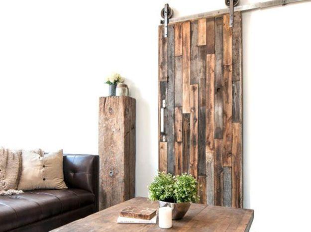 Une porte coulissante en planches de bois us es elle d coration - Decor de portes interieures ...