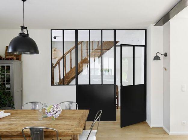 Une verrière avec porte pour créer une pièce lumineuse