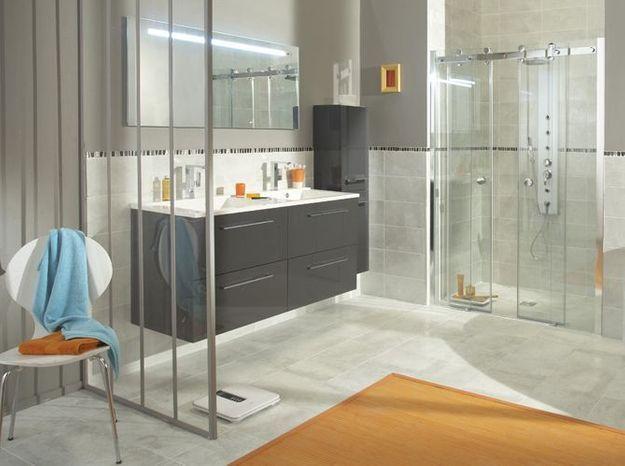 Une verrière dans la salle de bains exploitée tel un paravent