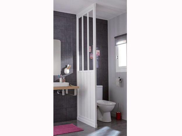 Une verrière dans la salle de bains pour séparer les toilettes