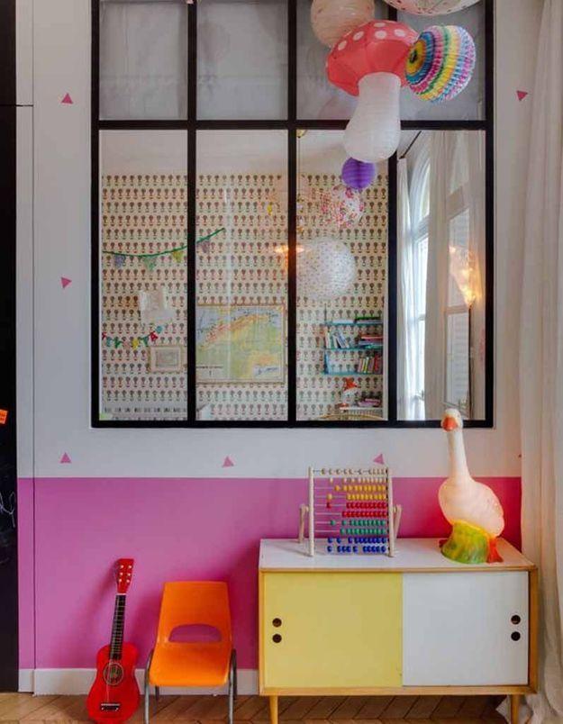 Une verrière intérieure dans la chambre d'enfant