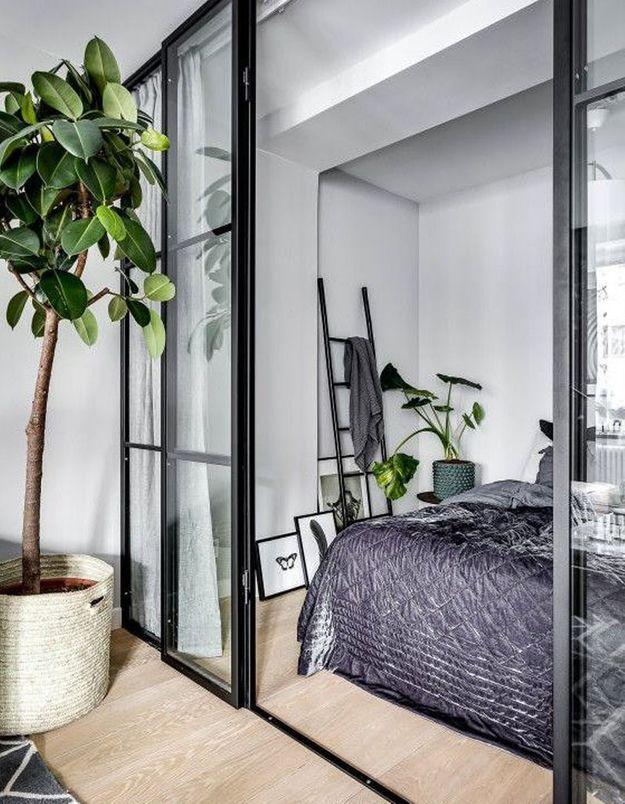 Une verrière intérieure habillée de rideaux