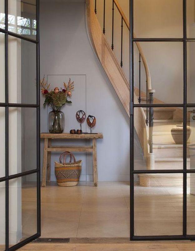 Une verrière intérieure mêlée à une entrée boisée