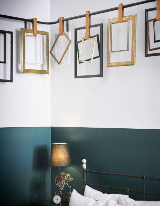 Des tringles à rideaux Ikea détournées en accroche-cadres