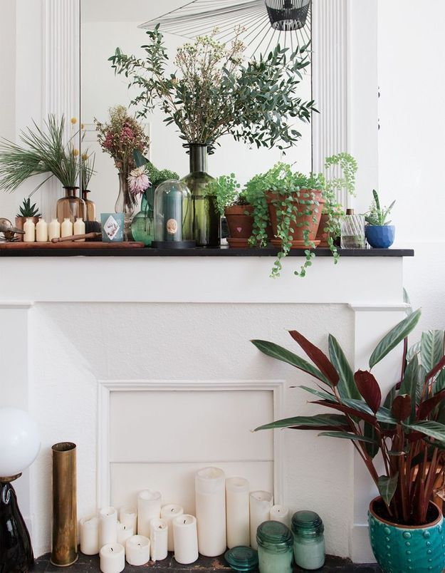 Végétaliser son intérieur sans perdre de place en habillant le haut de la cheminée de petites plantes