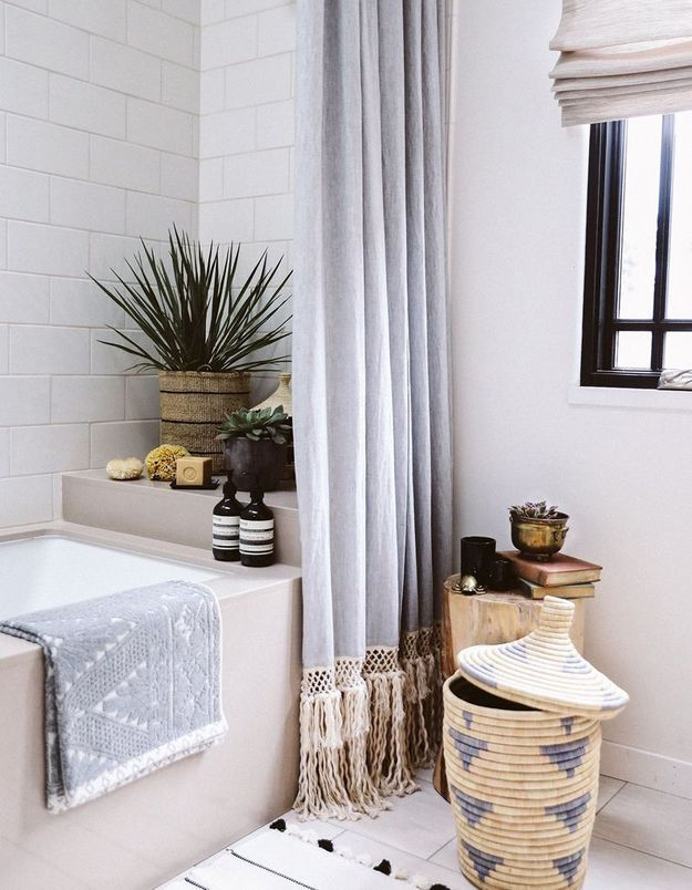 Végétaliser son intérieur sans perdre de place en installant une plante sur le rebord de la baignoire
