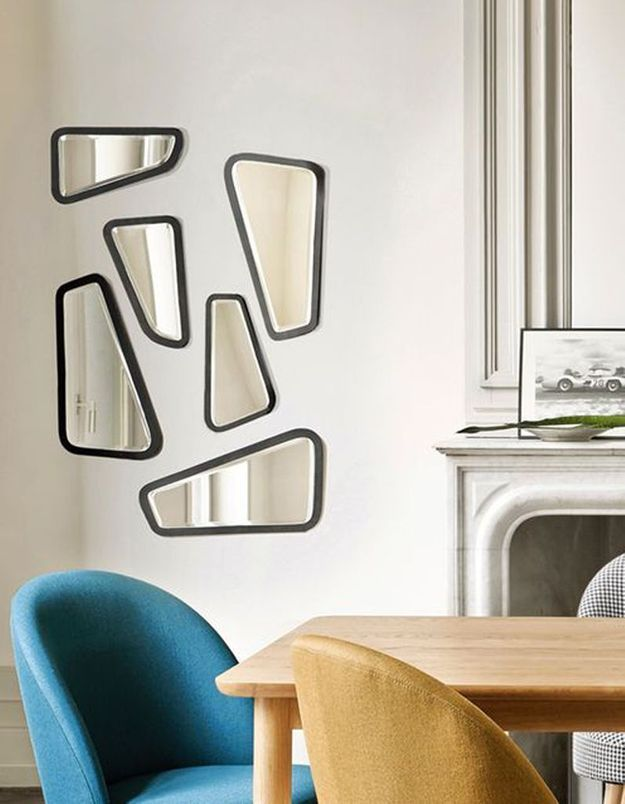 Une accumulation de miroirs qui reflètent la lumière pour une décoration cosy